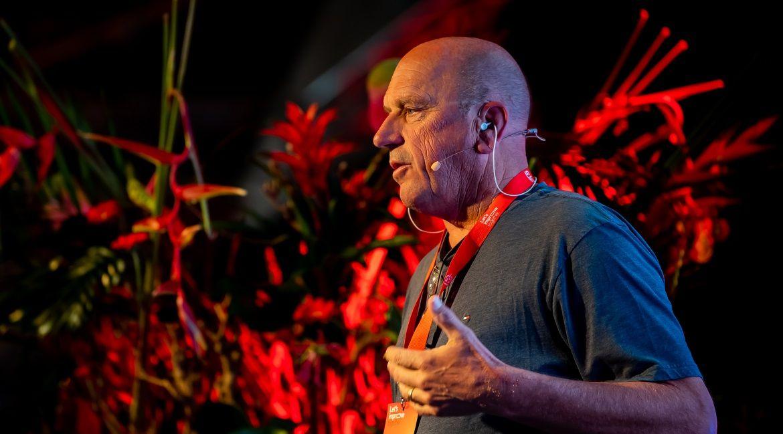 Casey Houweling spreekt tijdens het Royal Brinkman innovatieseminar Let's improve together